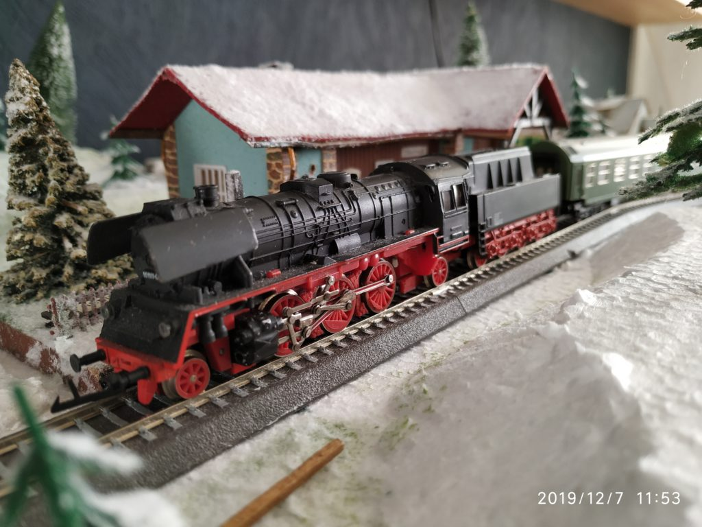 TT / BTTB Eisenbahn BR35 1111-0 Schlepptenderdampflok am Bahnhof
